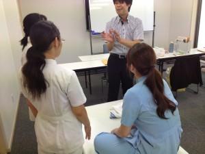 女子3人の施術研修現場