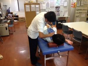 横浜営業所-新人の施術練習風景2